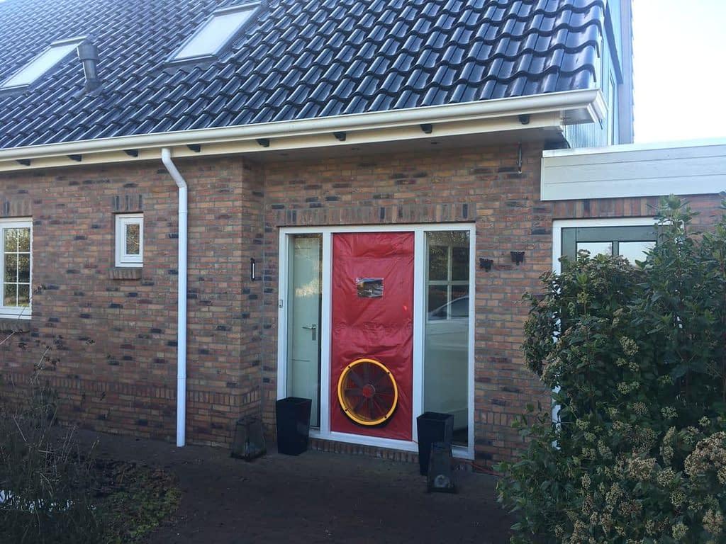 Blowerdoortest bij een woning in Klazienaveen, Drenthe.