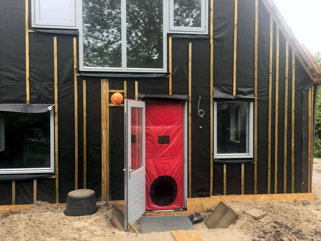 Blowerdoortest bij nieuwbouw in Woltersum.