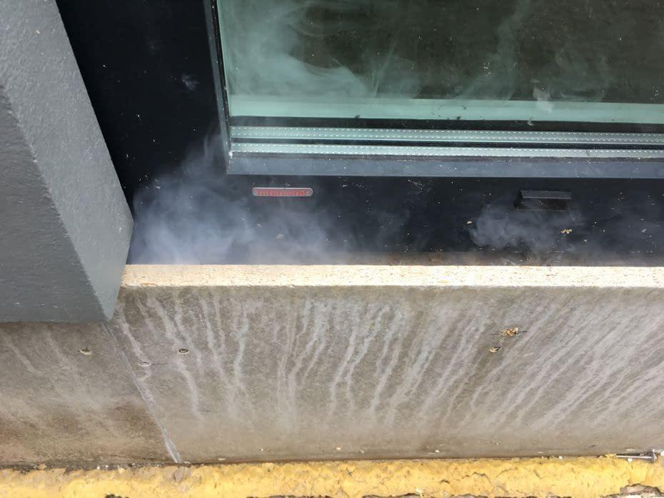 Rooktest met blowerdoor toont luchtlekken, bij woning in Flevoland